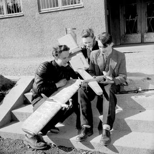 Flygpojkarna 1953. Det är stora, fina plan pojkarna troligtvis byggt själva. Vad är det för plan? Vet du, beskriv gärna i en kommentar till artikeln.