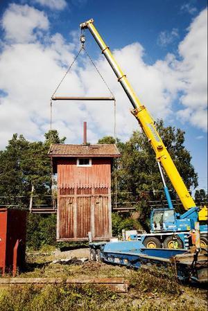 Det gamla vattentornet i Trångsviken flyttades under onsdagen via kranbil och trailer till sin nya hemvist cirka 200 meter österut vid det gamla magasinet. Flytten blev akut då Trafikverket ville riva tornet.
