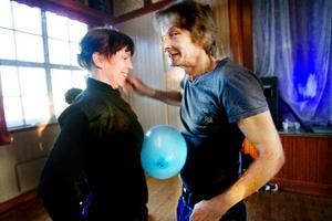 Birger Hanvåg och Torill Ellingsen koncentrerar sig på att hålla ordning på ballongen.