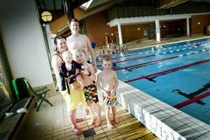 """VIKTIGT. Anna och Ozcar Ardfors är mån om att barnen lär sig simma. Simon och Jakob är åtta och fem år har gått flera vändor på föreningarnas simskolor. """"Jakob gick i somars också. Det var lite tidigt, men det är bra med vattenvanan också, att de inte får panik om de ramlar i"""", säger Anna Ardfors, med ettåriga dottern Elsa i famnen."""