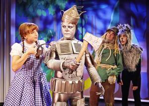 Stina Erikssons Dorothy möter Kim Sulockis Plåtis och Robert Rydbergs Fåglis på sin resa genom Oz med hunden Toto (Bill Sundberg).