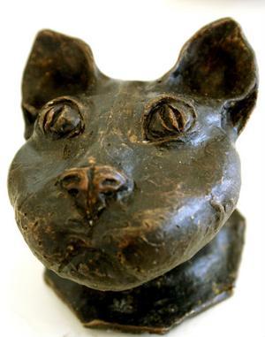 Katt i brons av Anneli Engström, Ljusdal.
