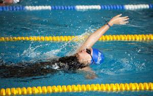 Madelene Nilsson från Borlänge gillar både tävlingsbiten och det sociala med simningen.