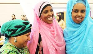 Miniva Ahmed, Ahab Ali och Leyla Nur har lagat mat och bakat i två dagar inför Modersmålets dag.