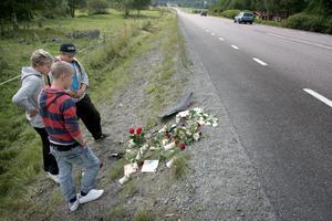 På oycksplatsen. Med blommor och brev hedrade kompisar den omkomne 16-åringen. Det var här i Lernbo, som frontalkrocken med den mötande bilen skedde. Foto:Peter Ohlsson