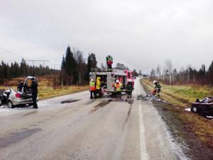 På en av olycksbilarna trycktes i stort sett hela fronten in. Olyckan krävde omfattande räddningsinsatser och E 14 var avstängd för trafik närmare två timmar.