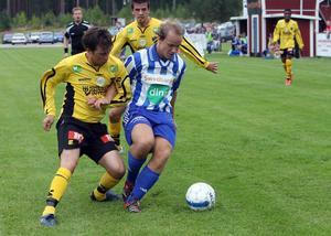 Trönös vänsterback Mikael Forss i kamp med flera ABK-spelare. En duell som Forss allt som oftast gick segrande ur.