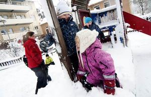 Leka i snön är roligt tycker Isack och Tuva, 5 år.