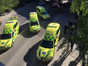 Många ambulanser kallades genast till platsen då det inledningsvis befarades att många skadats allvarligt.