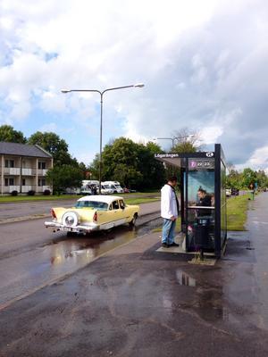 Busshållplats bästa platsen när det regnar.