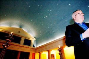 Logerummet, som är centrum för ritualerna, är ett av rummen som hör till frimurarna. En blå stjärnhimmel i taket ger en stämningsfull känsla. Där hålls ritualer upp till tredje graden, för kommande grader åker länets frimurarbröder till Härnösand. På bilden Thomas Björkblad.