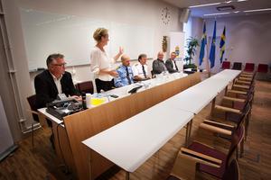 """Pressträff. """"Ett gyllene tillfälle att städa bort det dåliga"""", tycker Boel Godner (S), tvåa från vänster. Övriga, från vänster: Mikael McArty, BRÅ, Patrick Ungsäter, polismästare, Lars-Göran                      Uddholm, brandchef, Gunnar Appelgren, chef för den myndighetsgemensamma satsningen och kammaråklagare Björn Frithiof."""