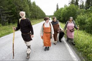 Runt lunchtid hade gruppen i går tagit sig till Rödön.Här ser vi Bernt Fax, Anna Persson, Lena Bengtsson och Kjerstin Bengtsson och hunden Skrållan.