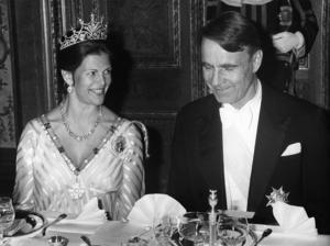 Galamiddag på slottet under finska statsbesöket i Sverige 1982. Finlands president Mauno Koivisto vid bordet tillsammans med  Sveriges drottning Silvia.