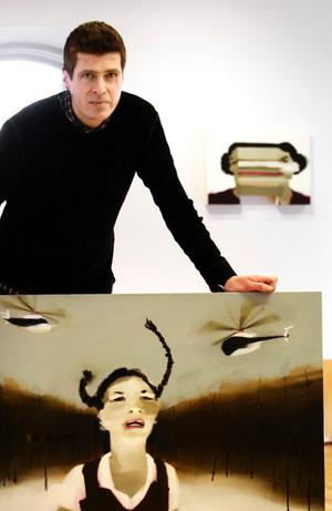 Konstnären Jesper Blåder tycker om att hänga sina tavlor lågt och glest.- Det är bättre att titta ned på en bild. Det är vackert med en låg tyngdpunkt. BILD: SAMUEL BORG