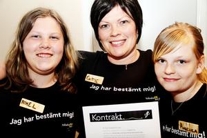 Folkhälsosamordnare Christine Hübenette (mitten) tecknade kontrakt med Nike Long och Angelica Skoog.