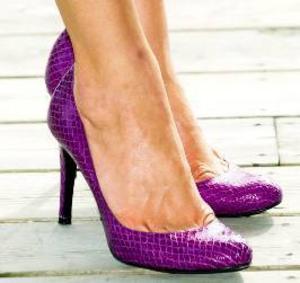 """Fotografen tog bilden av  kronprinsessan Victorias   skor när hon överlämnade   priset """"Årets svensk i   världen"""" till Hans Blix.  Det kanske inte bara är  i England man plågar sina  fötter...   Foto: Claudio Bresciani,    SCANPIX"""