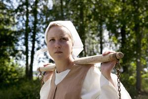 Mor Marit ( Anneli Björklund) blir anklagad av sin egen dotter för häxeri.