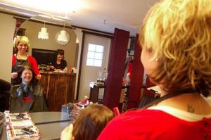 Annika Sundt tar hand om Caroline Sten från Hede som ska klippa sig. Kajsa Thunell sköter bokningar vid kassan.Foto: Carin Selldén