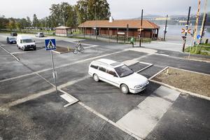 Vid den nybyggda cykelöverfarten på Strandgatan, vid Badhusparken, gäller nya trafikregler. Fordonstrafik måste lämna företräde för både gående och cyklister.