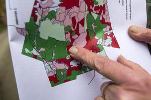 I den mörkröda fältet på kartan ska skogen lämnas orörd.