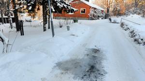 Vatten har trängts upp ur marken och nu ska Helsingevatten gräva upp vägen och åtgärda läckan.
