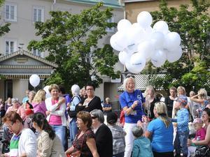 Nyhetschefen Malena Hilding delar ut ballonger till alla som vill ha.