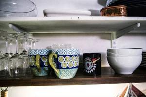 Porslin till köket är en hopskramlad historia. Några saker till hör damen som bor på övervåningen och några har de tagit med sig. Men det är lite charmen, påpekar tjejerna.