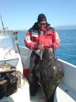 Thomas Bergkvist drog i veckan upp en hälleflundra på 22 kg vid fisketuren i norra Norge.