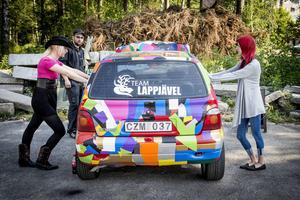 Lena Löfgren (till vänster) och Jennifer Jonsson pressar in bilens bakre sidorutor så att den ska hålla tätt och inte släppa ut viktig effekt. Team Lappjävel är det lag med norrländska billjudsentusiaster som Thomas Öberg tillhör.