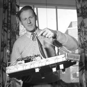 Thor Heyerdahl med en modell av Kon-Tiki.Foto: Sverre A. Börretzen/Scanpix