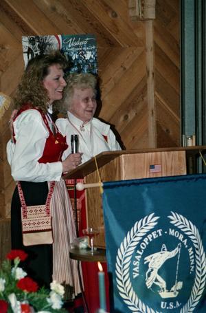 Daisy Samuelsson i sin Moradräkt, till höger, på en bild från 1997 när Vasaloppet i Mora, Minnesota, 25-årsjubilerade. Tävlingsledaren Sheri Douglas, till vänster.