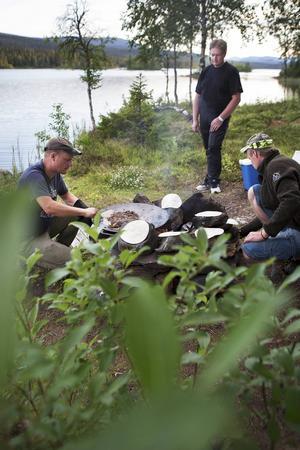 Middagen serveras vid Israelvattnet och maten tillagas på öppen eld.