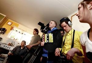 Klapparen Sigge Erkelius, 18, ljudarbetaren Simon Färdeman, 19, samt scenografen Amanda Sjöblom, 18, är några av de film- och TV-esteter som utgör den professionella regissören Markus Bohmans (närmast kameran till vänster) stab under en filminspelning i Kungsfors.