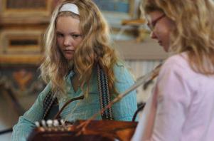 Jenny och Alva spelade nyckelharpa.