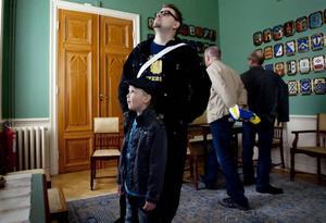"""NYFIKNA. Daniel och Elias Svedjeholm tog chansen att se sig om i Frimurarhuset när stadens frimurare öppnade huset på lördagen. """"Det är väldigt stort"""", konstaterade Elias."""