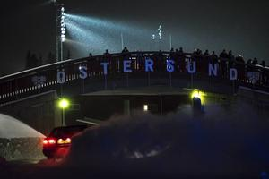 Full fart ner under skidbron ner mot stadionbyggnaderna.