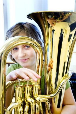 Sandra Hjärne har spelat tuba sen i höstas och hoppas på fler kamrater i sin orkester.