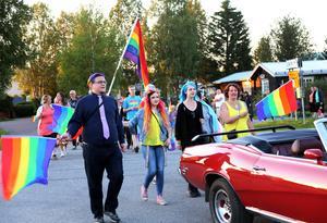 Lördagskvällens parad lockade hela 130 deltagare som marscherade genom Hede ner till parken.