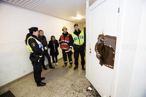 Amanda Björk och Jenny Herrera fick beröm av både polisen och brandkåren för sin snabba insats när förrådsdörren brann.