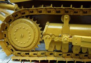 Alla detaljer på Götes maskiner är gjorda på köksbordet och sitter fast med små skruvar och muttrar. Bara banden på den här maskinen tog åtskilliga timmar att tillverka.