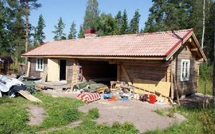 Medlemmarna i Västtjärnslindans fäbolag hjälps åt att bygga ett hus för samvaro, bakning i vedeldad ugn och övernattning.