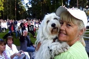 Njuter av det svenska. Bia Gottfried flyttade till Amerika som barnflicka för 41 år sedan och blev kvar där, men är nu i Sverige på besök. – Det är så mysigt med dragspel, det känns riktigt svenskt, säger hon och dansar runt med hunden Ines. Foto:Johan Larsson