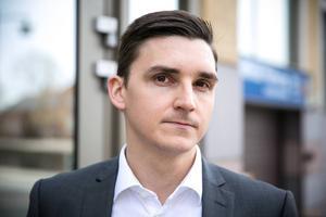 Chefsåklagare Kristofer Magnusson anger flera orsaker till det uppskjutna åtalet, bland annat att försvaret ska få tid att ge sina synpunkter.