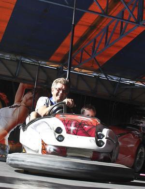 Hansa Lönn och barnbarnet Albin Gustavsson tog en tur med en radiobil. Det är oklart vem av dem som tyckte det var roligast.
