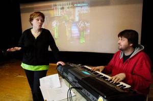 Det är en månad kvar till premiären och Karina Mathiasson och Janne Fridh känner igenom sångerna.I de gamla revypärmarna finns mycket smått och gott att hämta.