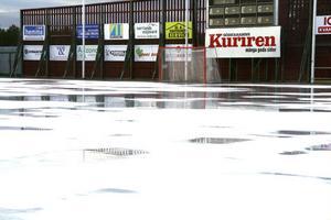 Det milda vädret samt  en vind på tre till fyra sekundmeter gör att det är svårt att hålla isen i speldugligt skick på Hällåsen.