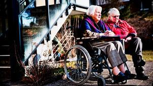 Elvy Dahlgren, snart 97 år, väntar på ett nytt hem. Hon och dottern Birgitta Dahlgren hoppas den erbjudna platsen på Sirishof blir bra.