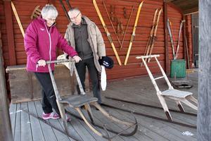 N. Clary Pettersson och Kalle Sandqvist minns vinterlekar från förr på hembygdsgårdens utställning.