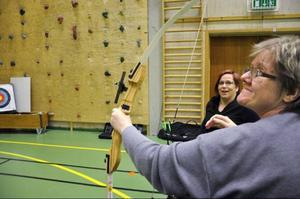 Bågskytte är en bra sport för handikappade, eftersom du kan klara dig på egen hand, enligt Paralympicern Zandra Reppe. Här imponeras hon av Kristina Linds försök.Foto: Jill Pettersson